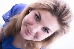 La ragazza meravigliosa smileing davanti alla macchina fotografica Fotografie Stock Libere da Diritti
