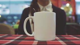 la ragazza mescola la bevanda calda Fotografie Stock Libere da Diritti