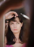 La ragazza mette i suoi capelli Immagine Stock Libera da Diritti