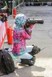 La ragazza mette in mostra il fotografo Fotografia Stock