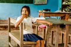 La ragazza morde le sue unghie in Bolivia Fotografia Stock