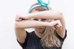 La ragazza mostra il segno della protezione fotografie stock libere da diritti