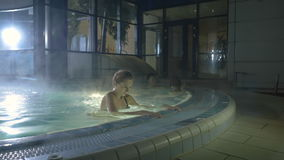 La ragazza mostra il suo corpo perfetto nella piscina stock footage