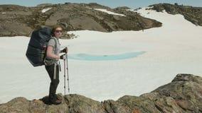 La ragazza mostra la direzione del movimento in montagne video d archivio