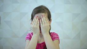 La ragazza mostra le emozioni viso e mano video d archivio