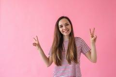 La ragazza mostra la pace del segno fotografie stock libere da diritti