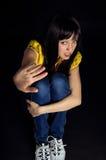 La ragazza mostra una fermata della mano Fotografia Stock