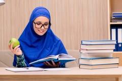 La ragazza musulmana che prepara per gli esami dell'entrata Immagini Stock Libere da Diritti