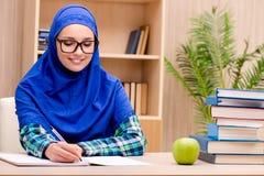 La ragazza musulmana che prepara per gli esami dell'entrata Fotografie Stock Libere da Diritti