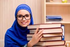 La ragazza musulmana che prepara per gli esami dell'entrata Immagini Stock