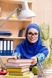 La ragazza musulmana che prepara per gli esami dell'entrata Fotografie Stock