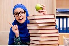 La ragazza musulmana che prepara per gli esami dell'entrata Fotografia Stock