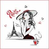 La ragazza nel caffè bevente del cappello Modello di modo a Parigi Torre Eiffel Composizione romantica Modello elegante sulla vac illustrazione di stock