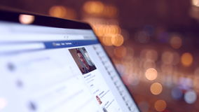 La ragazza nel caffè guarda una pagina di Facebook 4K 30fps ProRes video d archivio