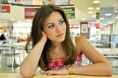 La ragazza nel caffè: tempo di attesa Immagini Stock