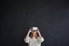 La ragazza nel casco di realtà virtuale Immagini Stock