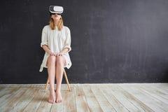 La ragazza nel casco di realtà virtuale Immagine Stock Libera da Diritti