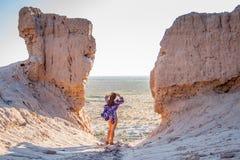 La ragazza nel costume da bagno sull'orlo della fortezza Fotografie Stock Libere da Diritti