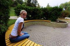 La ragazza nel giardino fiorito Fotografie Stock Libere da Diritti