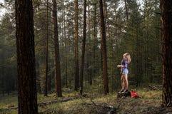 La ragazza nel legno Fotografie Stock
