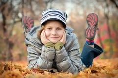 La ragazza nel legno di autunno Fotografie Stock Libere da Diritti