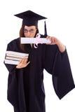 La ragazza nel manto dello studente bacia il suo diploma Immagini Stock