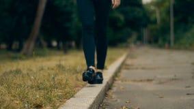 La ragazza nel nero cammina sul confine video d archivio