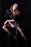 La ragazza nel nero su una sedia Immagine Stock Libera da Diritti