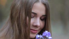 La ragazza nel parco che ammira i bucaneve video d archivio