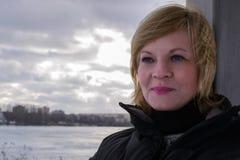 La ragazza nel parco la città di Minsk fotografie stock