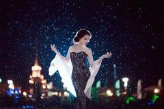La ragazza nel vestito nella pioggia fotografia stock