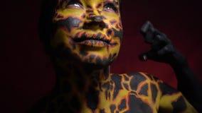 La ragazza nell'immagine del magma corrente attraverso la terra serra i suoi pugni da rabbia video d archivio
