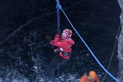 La ragazza nell'ingranaggio di alpinismo che scende su una corda Immagine Stock Libera da Diritti