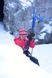 La ragazza nell'ingranaggio di alpinismo che scende su una corda Immagini Stock