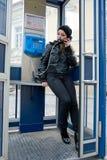 La ragazza nella cabina di telefono Immagini Stock Libere da Diritti