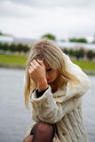 La ragazza nella disperazione e nel dolore Fotografie Stock Libere da Diritti