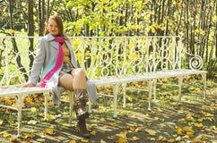 La ragazza nella sosta di autunno Fotografie Stock Libere da Diritti