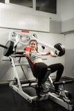 La ragazza nello sport sano di stile di vita di allenamento di concetto della palestra Fotografia Stock