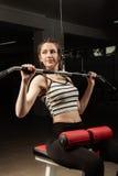 La ragazza nello sport sano di stile di vita di allenamento di concetto della palestra Immagine Stock Libera da Diritti