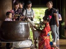 La ragazza non identificata del kimono ha colpito una campana per una fortuna agli impiegati di kiyomizu Immagini Stock Libere da Diritti