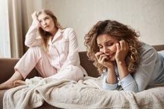 La ragazza non può trattare la pressione, ritenente misera e triste Donna gridante triste che si trova in indumenti da letto sul  immagini stock libere da diritti