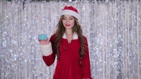 La ragazza nubile della neve tiene una mappa in sua mano e mostra un pollice su Priorità bassa di Bokeh archivi video