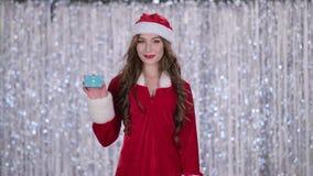 La ragazza nubile della neve tiene una mappa in sua mano e mostra un pollice su Priorità bassa di Bokeh Movimento lento archivi video