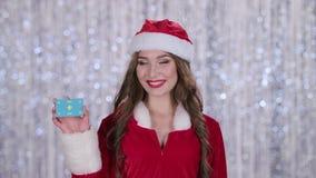 La ragazza nubile della neve tiene una mappa in sua mano e mostra un pollice su Priorità bassa di Bokeh Movimento lento Fine in s video d archivio