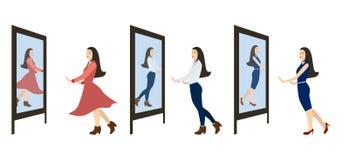 La ragazza osserva nello specchio Fotografia Stock