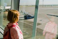 La ragazza osserva su un aerodromo Fotografia Stock Libera da Diritti