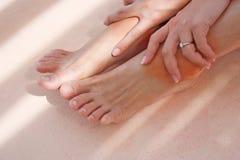La ragazza ottiene il dolore sulle caviglie Fotografia Stock