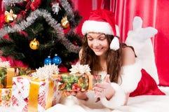 La ragazza ottiene un regalo di Natale Fotografie Stock