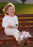 La ragazza in parco su un banco. Immagine Stock Libera da Diritti