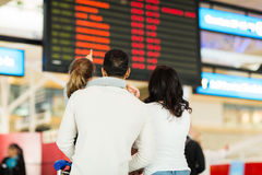 La ragazza parents l'aeroporto Immagine Stock